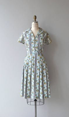 Vintage early 1960s cotton day dress with ikat and faux bois print dress with short sleeves, open and double button (false button) front placket, fitted waist, open collar, box pleated skirt and metal zipper. --- M E A S U R E M E N T S --- fits like: large bust: 41 waist: 34 hip: free length: 41 brand/maker: n/a condition: excellent to ensure a good fit, please read the sizing guide: http://www.etsy.com/shop/DearGolden/policy ✩ more vintage dresses ✩ htt...