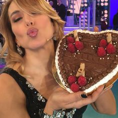 #BarbaraDUrso Barbara D'Urso: Grazie per averci seguito anche oggi!! Col cuoreeeeeeee come questa torta che mi hanno portato! ❤️❤️❤️ #domenicalive #grazie #buonaserata #colcuore #concettodurso