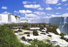 """Quando um panfleto falando que a cidade de Foz do Iguaçu é a mais perigosa do Brasil começou a circular por Puerto Iguazú, cidade argentina que faz fronteira com Foz, uma agência de turismo decidiu que responderia à altura. A Loumar, que trabalha com turismo receptivo na região, mandou um beijinho no ombro pro recalque e mostrou que juntos somos mais fortes. Tudo começou quando um panfleto de origem desconhecida passou a circular pelas ruas de Puerto Iguazú. """"Atenção senhores turistas…"""