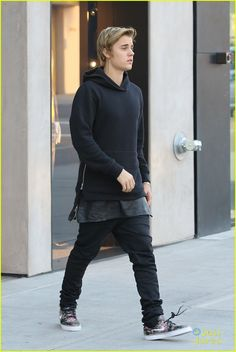 Justin Bieber keeps it casual while doing some retail therapy at some high-end shops on Monday (February 23) in Beverly Hills, Calif.