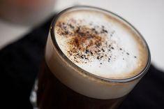 En stempelkande med frisktkværnede bønner, 1 spsk lakridspulver fra Johan Bülow og kogende vand. Mælkeskum og et drys lakrids på toppen. Prøv også nogle stjerneanis i kaffekværnen og tilsætte kaffen. Mums – det giver den helt rigtige, bløde lakridssmag.