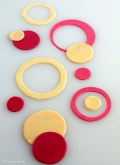 Sådan dekorerer du din kage med cirkler af fondant eller gumpaste.