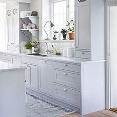 <span>Romantiskt lantligt. Köket heter Marbodal plus. Bänkskiva i Carraramarmor, knoppar och handtag, allt köpt genom Marbodal. Kakel, Centro. Kran, Mora armatur. Diskho, Nordic tech. Matta, Moas veranda.</span>