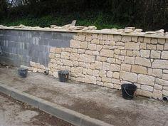 d couvrez pas pas comment fabriquer un mur de cl ture en pierres gr ce nos experts. Black Bedroom Furniture Sets. Home Design Ideas