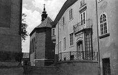 Hősök tere, balra a Szent István-székesegyház, szemben a Szent Anna-kápolna.