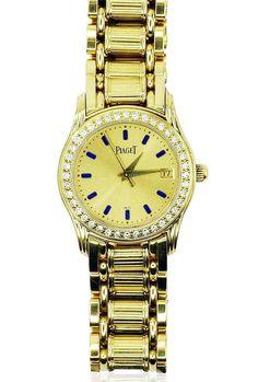 Goldene #Piaget POLO Damenarmbanduhr aus 18 kt Gelbgold. Die Lunette ist mit 40 Diamanten besetzt. Das #Armband ist mit einer Doppelfaltschließe ausgestattet. Das Ziffernblatt besteht aus Gold, mit aufgesetzten blauen Stab-Indexen.  Die Rückseite hat folgende Gravierungen: Nr. 22005 M 501 D, 642804, 1.3.1996 B. Das Uhrwerk muß manuell aufgezogen werden. Die #Diamanten haben insgesamt 0,399 ct. http://schmuck-boerse.com/uhr/9/detail.htm  http://schmuck-boerse.com/index-gold-uhren.htm