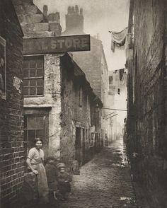 Old Vennel Off High Street, Glasgow - Thomas Annan (British, 1829–1887) 1868.