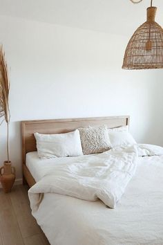 A simple color palette always creates the sense of spring. Invite calmness into your bedroom with linen bedding in white color > The post A simple color palette always creates the sense of spring. Invite calmness into appeared first on Wohnungeinrichten. Home Interior, Interior Design, Interior Colors, Interior Modern, Interior Ideas, Modern Decor, White Room Decor, Bed Room White, White Linen Bed