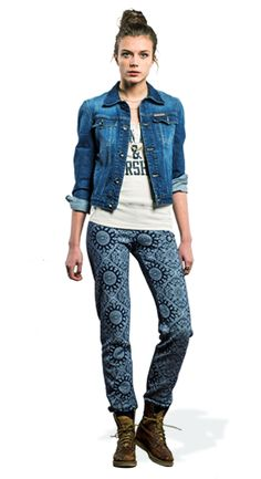 The dark rinse denim jacket over a classical slim fit top and a pair of printed sweatpants, can be the ideal match if you're planning to spend some time out with your friends.