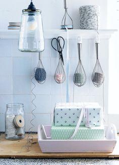 Gli stravaganti usi artistici dello scolapasta e di altri oggetti comuni in cucina che si trasformano restando in casa.