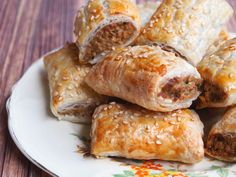 These vegetarian sausage rolls taste so good, no one will miss the meat! Thermomix Sausage Rolls, Vegan Sausage Rolls, Vegetarian Dinners, Vegetarian Recipes, Aussie Food, How To Cook Sausage, Frugal Meals, Meatless Monday, Food Processor Recipes