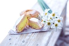 Free Muffin With Pudding Near Bunch Of White Flowers Photo Vanilla Custard, Sweets Cake, Cake Images, Pudding Cake, Doughnut, Camembert Cheese, Panna Cotta, Bakery, Ethnic Recipes