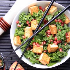 Raw Kale with Tofu Croutons and Pomegranate-Sesame Dressing - Vegan 400 Calorie Lunches, Meals Under 400 Calories, Low Cal Lunch, Lunch To Go, Eat Lunch, Quick Lunch Recipes, Healthy Recipes, Healthy Foods, Healthy Lunches