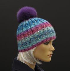 Ručně pletená čepice se třpytkami a s kožešinovou bambulí #handmade#violet#fur#pompon#hat