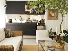 The use of live plants in this living room adds such fun color to the space! /ES