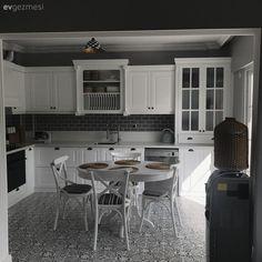 Klasik, rustik ve country stillerden etkilenmiş bir ev - Baustil Ideen Country Kitchen Tables, Country Kitchen Designs, Rustic Kitchen, Kitchen Decor, Decorating Kitchen, Tuscan House, Design Moderne, Cuisines Design, Küchen Design