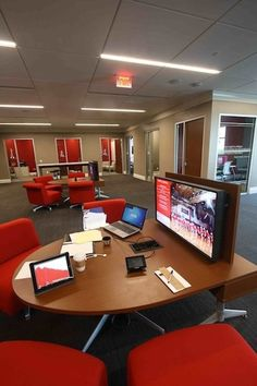 Photos: William Jewel College Turns Its Library Into a High-Tech Collaborative Learning Space - Higher Ed Tech Decisions Teen Library Space, School Library Design, Middle School Libraries, Classroom Design, 21st Century Classroom, Library Furniture, Learning Spaces, Learning Environments, Co Working