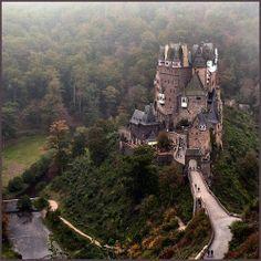 Oggi Burg Eltz è un castello medievale  fatato racchiuso nel verde di un bosco nelle colline sopra il fiume Mosella tra Coblenza e Treviri ,...