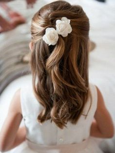 frisuren the hairstyle of a little princess with two flowers in her hair - girl hairstyles Wedding D Little Girl Wedding Hairstyles, Simple Wedding Hairstyles, Flower Girl Hairstyles, Bridesmaid Hairstyles, Hairstyle Wedding, 2015 Hairstyles, Trendy Hairstyles, Childrens Hairstyles, Plait Hairstyles