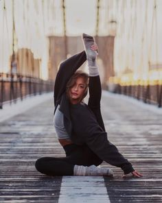 Jessica Olie in the #AloYoga Extreme Crop Crew Neck #yoga #inspiration www.yogaweightlos... Yoga for health, yoga for beginners, yoga poses, yoga quotes, yoga inspiration
