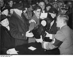 Verteilung von 500 Radios (Volksempfänger) zum Geburtstag Joseph Goebbels'. Oktober, 1938. # Berlin, Alemanha.