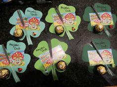 "Mitbringsel ""Kleeblatt Ferrero-Rocher-Schokolade"" 🎀 (ohne Anleitung)・☆・𝔤𝔢𝔣𝔲𝔫𝔡𝔢𝔫 𝔞𝔲𝔣・☆ ・𝔇𝔬-𝔦𝔱-𝔶𝔬𝔲𝔯𝔰𝔢𝔩𝔣 ℑ𝔡𝔢𝔢𝔫🎀 - Dᴏ-ɪᴛ-ʏᴏᴜʀsᴇʟғ Iᴅᴇᴇɴ🎀 - Christmas Ad, Holiday, Ferrero Rocher Chocolates, Cute Piglets, Silvester Party, New Years Eve, Special Day, Party Invitations, Diy And Crafts"