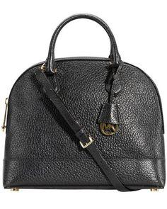 Smythe Tasche für Damen von Michael Kors in Schwarz. Edle Details in Gold harmonieren gekonnt mit dem stilvollen Farbton und machen aus der Tasche in Bowling-Form mit verstellbarem und annehmbarem Schultergurt einen femininen Blickfang. Die Innenseite, welche durch einen Reißverschluss zu schließen ist, enthält vier Steck- und eine Reißverschluss-Tasche, während die Außenseite durch eine weitere, subtil platzierte Taschen ergänzt wird. Taschenfüße, eine Logo-Plakette sowie das genarbte Leder…