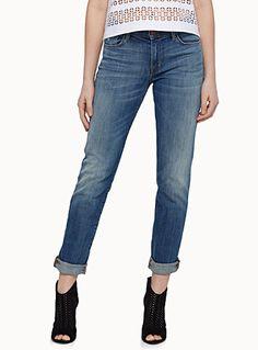 J.Brand chez Icône   Le look vintage d'un jeans délavé avec détails d'usure et plis mémoire au devant et derrière les genoux   Denim stretch robuste reconnu pour sa grande qualité et sa capacité à garder sa forme   Taille régulière, jambe droite   Coupe 5 poches    Le mannequin porte la taille 27