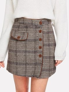 She in - Botton up front plaid skirt