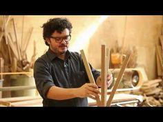 Mestre na madeira, o arquiteto e designer Paulo Alves nos leva a sua premiada oficina e a um projeto recém concluído para falar sobre o seu trabalho, mostrar os materiais que mais usa e dar soluções atraentes para armários, mesas e estantes.