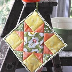 Quilted Potholder Tutorial pattern ~ This free Quilted Potholder pattern is a cute way to show off your stitching in your kitchen. Quilting For Beginners, Quilting Tips, Quilting Tutorials, Quilting Projects, Sewing Projects, Sewing Tutorials, Machine Quilting, Sewing Tips, Potholder Patterns