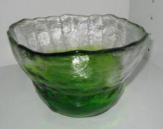 Pertti Santalahden Humppilan Lasille suunnittelemat vihreä-kirkaat keskipakoisvaletut  Kivi-Set kulhot. Toisen halkaisija 24,5cn ja toisen...