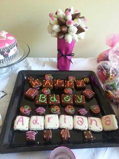 bouquet de fresas y Mensae de alfajores bañados en chocolate