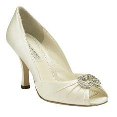 Zapato elegante y cómodo con el tacón más bajito de la colección. Deslumbrarás con el espectacular broche de Swarovski.