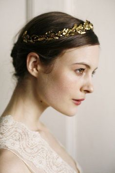 Such a glamorous gold leafy tiara for the bride and the bridesmaids as well #wedding #gold #goldwedding #blacktie #bride