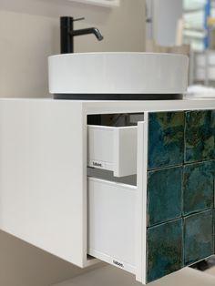 Das Fliesen-Mosaik auf der Badmöbelfront wird in der talsee Manufaktur für den Kunden von Hand gestaltet. Modern interpretiert verleihen sie eine neue Dimension. Und schaffen in ganz persönlichen Momenten beruhigende Stille. Die unterschiedlichen Naturlasuren der Materialien sind dabei stilvoll aufeinander abgestimmt. Sink, Artisan, Vanity, Bathroom, Modern, Design, Home Decor, Mosaic, Tile
