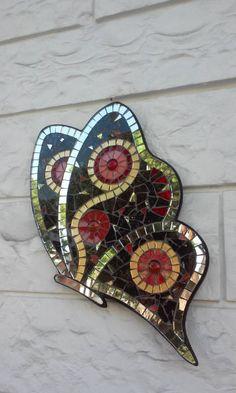 Farfalla a mosaico. bellissima decorazione da appendere a parete,ideale in ogni camera della casa per donare luce e colore.grande dimensione..misura 40 cm di altezza e 30 di larghezza..eseguita con pezzi antichi e contemporanei per cui ha un allure di opera darte..i colori del vetro son