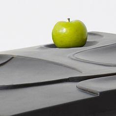 """Pour un dîner lors d'un événement de collecte de fonds au Design Exchange de Toronto, le studio de design +Tongtong a imaginé """"The Mooncake"""", un concept où les convives mangent directement sur la table afin de créer un lien plus fort avec le repas et l'environnement immédiat."""