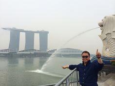 싱가폴 마리나배이샌즈가 보이는 머라이언상앞에서