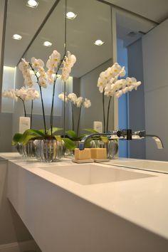 Apartamento para um jovem casal em tons de cinza : Banheiros minimalistas por Helô Marques Associados