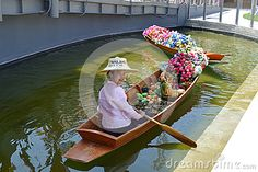 Nadia Mikushova (Nadiamik) - A hostess of the Thailandia EXPO Milano 2015 pavilion is sitting in the traditional boat and smiling. Portfolio del fotografo - Dreamstime