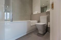 LIMEHOUSE BATHROOM. #appleapartments #servicedapartments #limehouse #ldn #luxurylondon #luxlondon #bathroom #luxurybathrooms #luxbathroom #modern #neutral #shower #beautiful #interior #love