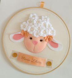 Enfeite maternidade -Bastidor Ovelhinha Baby Mobile Felt, Felt Baby, Felt Wreath, Felt Garland, Felt Decorations, Handmade Decorations, Eid Crafts, Diy And Crafts, Felt Patterns
