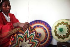 PET Lamp colabora con el taller de Salem Kasshun. Destaca el formato de las pantallas, hasta 70 cm de diámetro y la tradición cestera colorista de espiral.