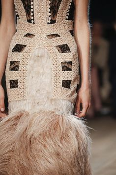 Alexander McQueen Spring 2016 Ready-to-Wear collection, runway looks, beauty, models, and reviews.
