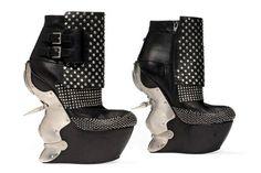 Botas de cuero con plataformas del diseñador Alexander McQueen. ¿Qué te parecen?