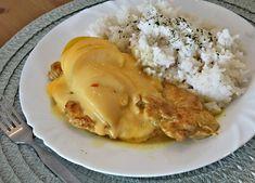 Okořeněná kuřecí prsíčka orestovaná dozlatova, pokapaná citronovou šťávou, pokrytá broskvemi a plátky sýra, zprudka zapečená.