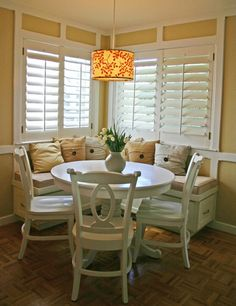 breakfast nook with a bench, how cozy #kitchen...possible kitchen area in basement