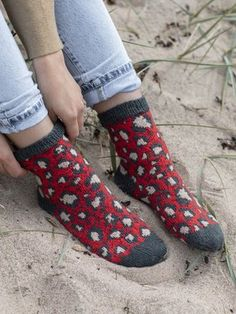Wild and irregular, the spots on these panther socks present a fun challenge for any knitter. Use duplicate stitches to complete the spots with a third colour. Knitting Patterns Free, Free Knitting, Knitting Ideas, Free Pattern, Lace Socks, Fair Isle Pattern, Fun Challenges, How To Make Notes, Stockinette