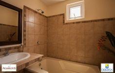 Baño principal, promueve y vende: Debursa PBX: 7931-7600 www.debursa.com #Condominio #Quetzaltenango #Debursa #Financiamiento